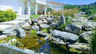Ruisseau artificielle et petits bassin surmonter d'une jolie rocaille en granit de Oloix
