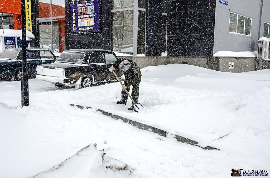 """Чистка снега возле ТЦ """"ГРАНД"""""""