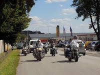 31 A halottaskocsi a Kerecsen Motoros Egyesület tagjainak felvezetésével hagyta el a várost.JPG