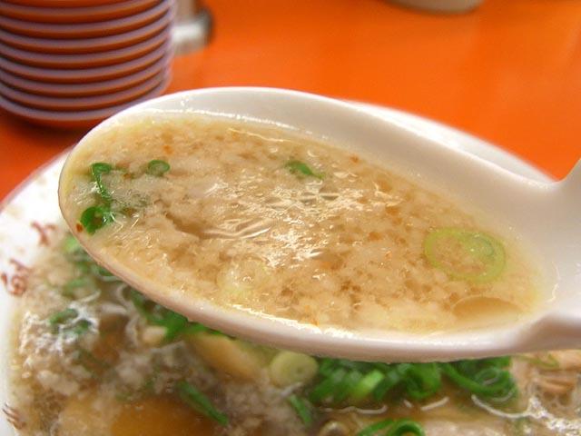 背脂多めのスープをレンゲですくってみた