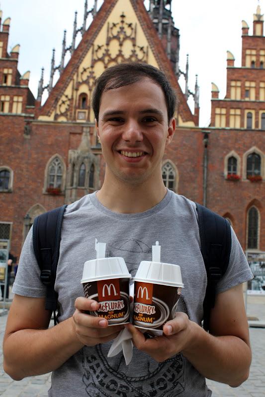 Tomándonos un McFlurry frente al ayuntamiento de Wroclaw