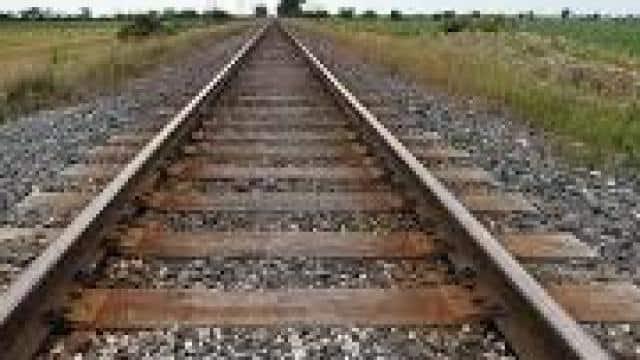 रेलवे ट्रैक के पास अज्ञात युवक का शव पाए जाने से सनसनी