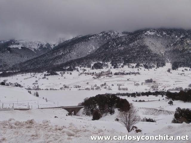 EL lago de Puyvalador congelado y el pueblo de Real