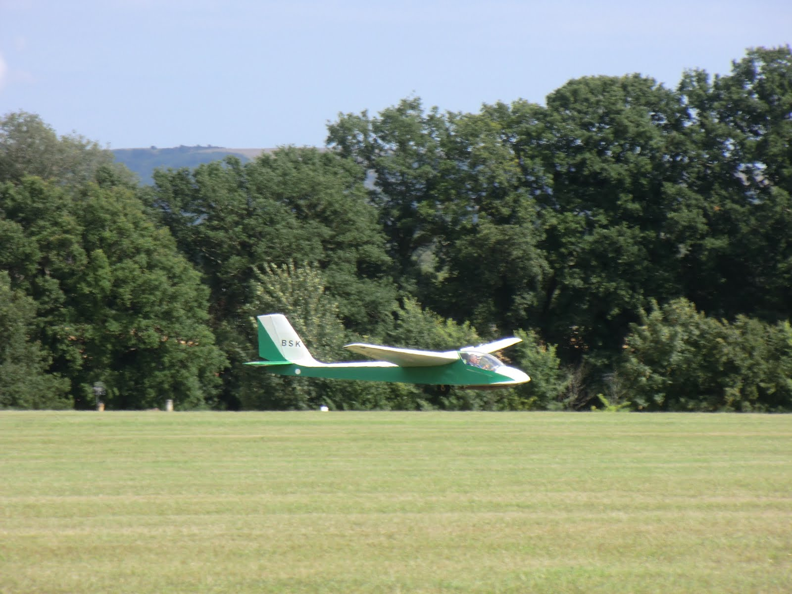 CIMG8400 Glider landing on Parham Airfield