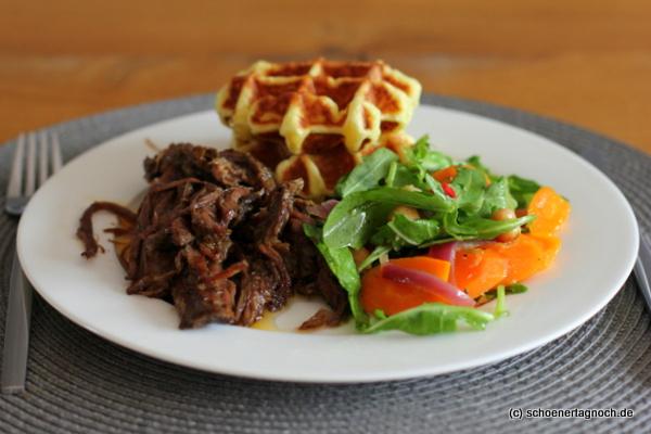Pulled Beef mit Kartoffelwaffeln und Karotten-Kichererbsen-Salat