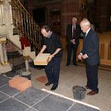 Inmetselen loden kistje in St. Agathakerk (afronding restauratie) - DSC06434.JPG