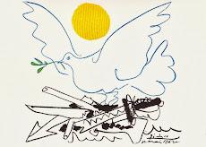Friedenstaube lässt sich auf Waffenschrott nieder, dahinter Sonne.