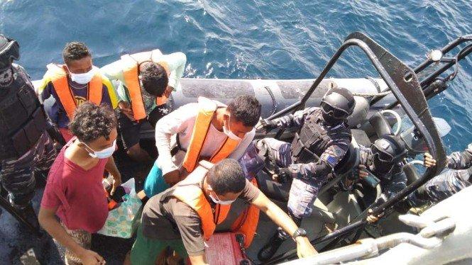 TNI AL Selamatkan 5 Nelayan yang Terdampar di Laut Malaysia