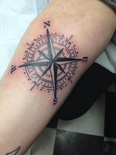 Pequena bussola tatuagens de desenhos para o interior do braco