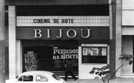 """Brasil, Sao Paulo, SP. 07/06/1971. Fachada do cinema Cine Bijou com o filma """"Perdidos na Noite"""" em cartaz. Foto: Antonio Lucio/AE Pasta: 17000"""