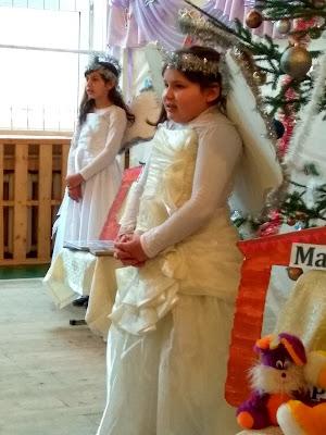 Ще одна дівчинка в ролі ангела)