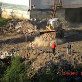 Константин Щербинин лично организует сталкивание строительного мусора к ручью.