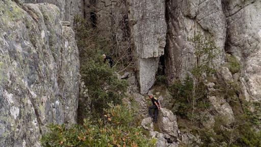 Dans la fin du couloir de montée au sommet Ouest de Punta Batarchjone