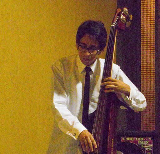 Bajo eléctrico en un trío de jazz