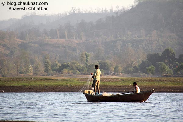2 fishermen looking for some good catch in the lake of Dudhani created by Madhubani dam