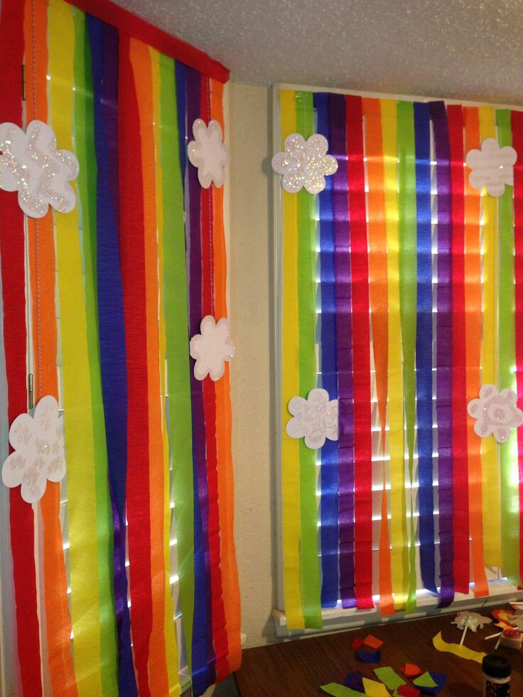M s y m s manualidades crea coloridas cortinas de papel for Decoracion con libros