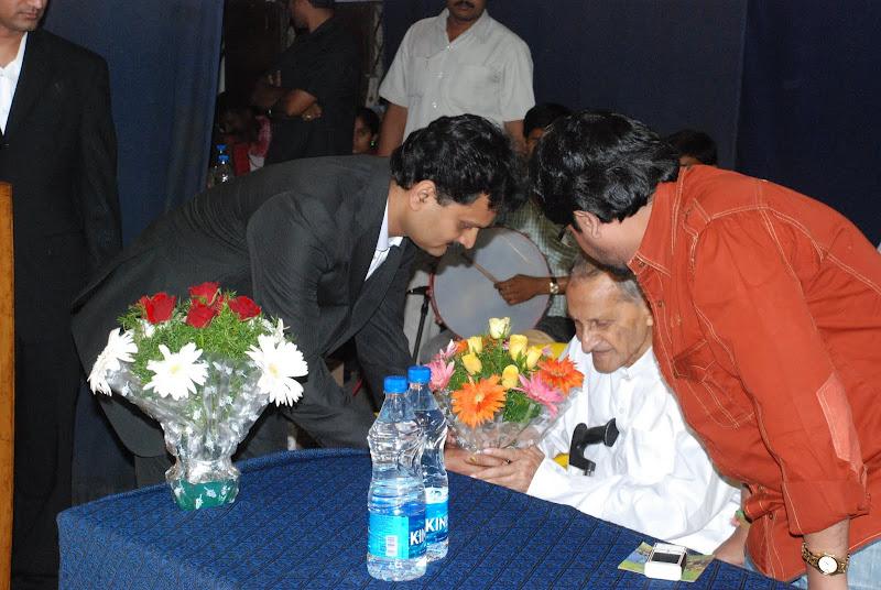 TeNA coordinator Sunil Peechara presenting bouquet to Narayan Rao Pawar