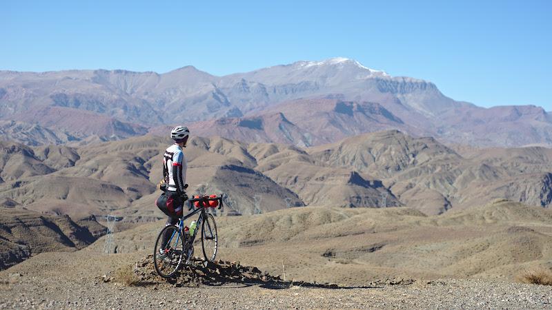 Castigam repede inaltime, iar in departare se vad varfurile de peste 3000 de metri ale Atlasului Inalt.
