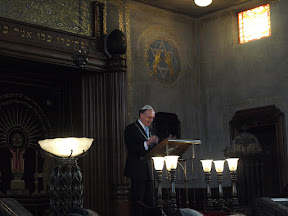 Burgemeester Fred de Graaf houdt een toespraak in de Synagoge in Enschede tijdens de opening van de tentoonstelling over Enschede in WO2.