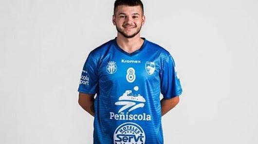 El jugador almeriense con la camiseta del Peníscola.