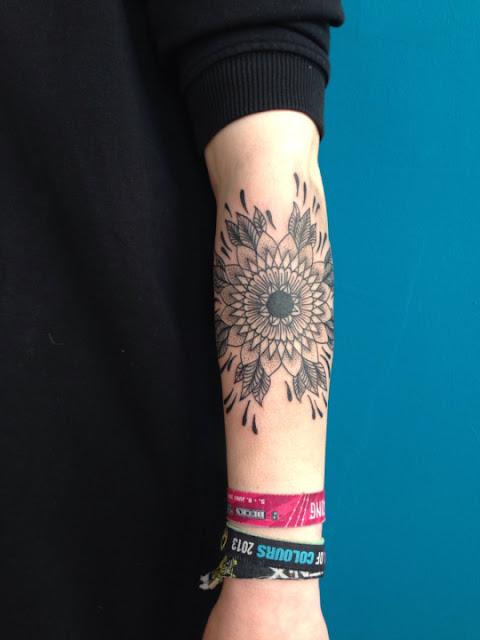 Mandala desenho de tatuagem no antebraco de uma menina