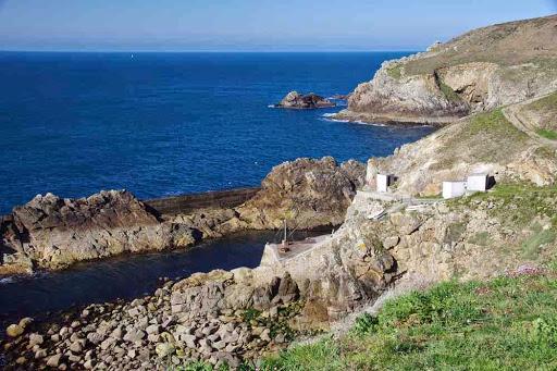 Port de Bestrée : autrefois utilisé pour la relève du phare de la Vieille
