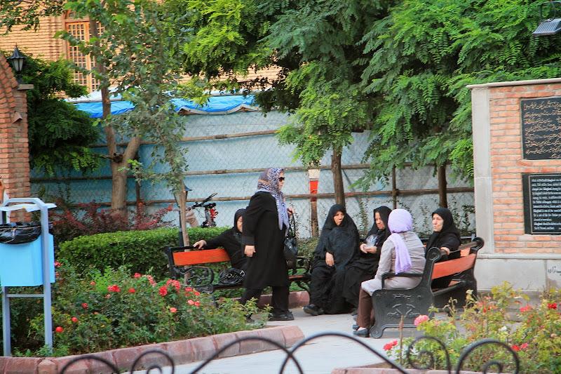 przed błękitnym meczetem w Tabriz