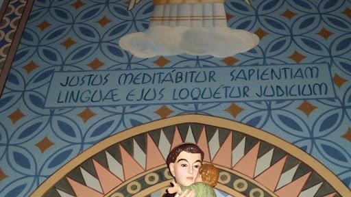 """A frase em latim significa: """"O justo meditará a sabedoria e, de sua língua, brotará o equilíbrio."""