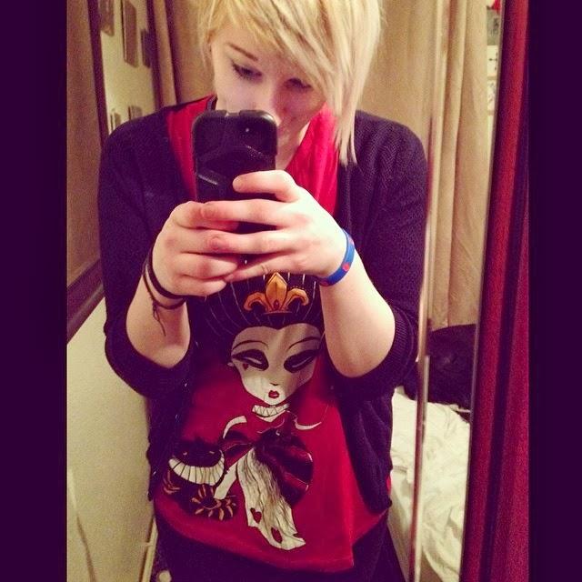 akumu ink, comiccon tshirt, comiccon selfie, geek tshirt, queen of hearts tshirt, wonderland tshirt, wonderland goth, emo wonderland, hot topic wonderland, horror wonderland, red queen goth, red queen shirt