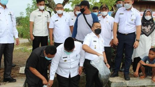 Wakil Gubernur Audy Tebar 22 Ribu Benih Ikan di Padang Pariaman
