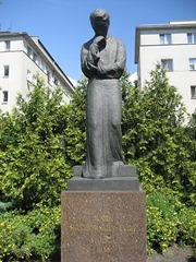 450px-Sklodowska-Curie_statue,_Warsaw