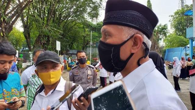 Foto: Wali Kota Padang, Mahyeldi Ansharullah. Ingatkan Siapa Tak Bermasker.