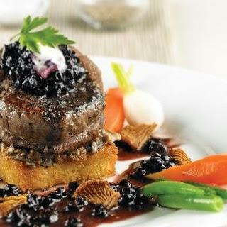 Filetsteaks mit Portwein-Blaubeer-Sauce und Pilzen