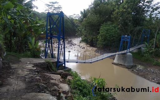 Jembatan Gantung di Kampung Pameungpeuk RT 04/ RW 03 Desa/Kecamatan Bantar Gadung// Rudi Imelda