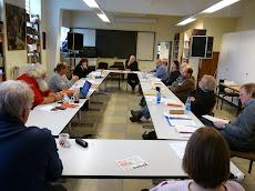 Seminarraum in der Karl-Liebknecht-Schule Leverkusen mit Teilnehmern.
