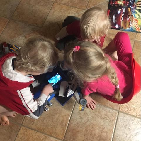 Kinder spielen gemeinsam