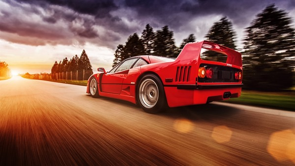 Ferrari-F40-red-supercar-in-high-speed_1600x900