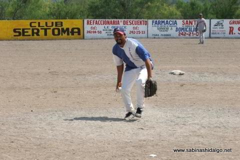 Ramón Leopoldo Alba lanzando por Albures A en el softbol del Club Sertoma