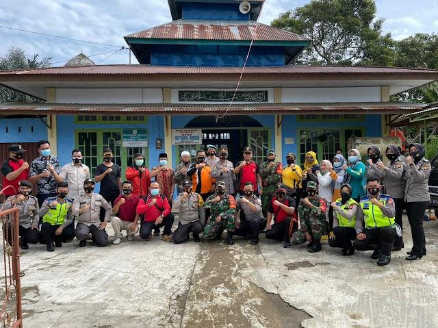 Gotong royong personil TNI-Polri bersama dengan masyarakat di Masjid Miftahul Jannah Desa Pal 100 Kec. Bermani Ulu Raya, Kab. Rejang Lebong.