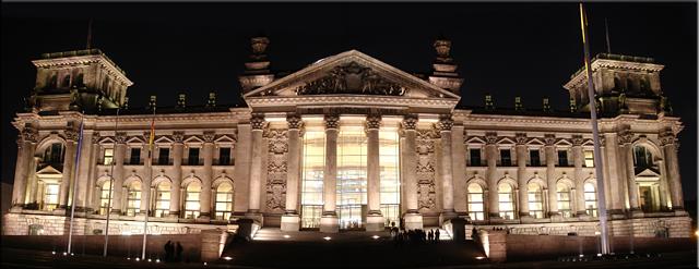 Vista nocturna del edificio del Reichstag - Berlín'10