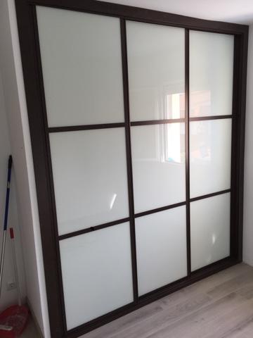 armario empotrado con puertas de armario en corredera perfiles melamina wengue y cristal lacado blanco frente de armario de armarios benno con perfiles
