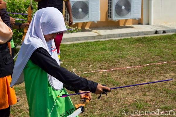 gadis memasang busur pada panah