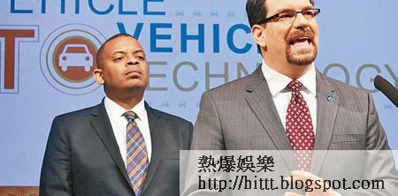 福克斯(左)及NHTSA官員(右)希望透過新技術減少車禍。(美聯社圖片)