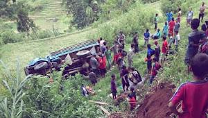 FOTO : Truk Muat Puluhan Orang dari Bittuang, Terbalik di Malimbong