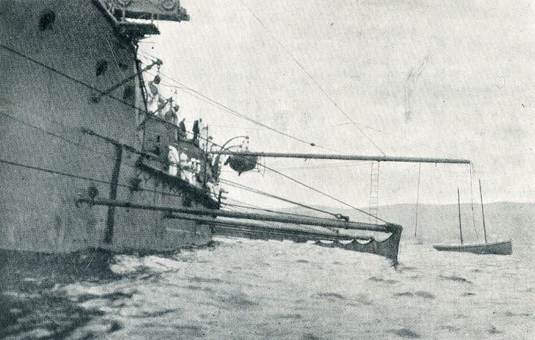 La red en posición sostenida por los botalones que la separan unos 10 metros del casco.jpg