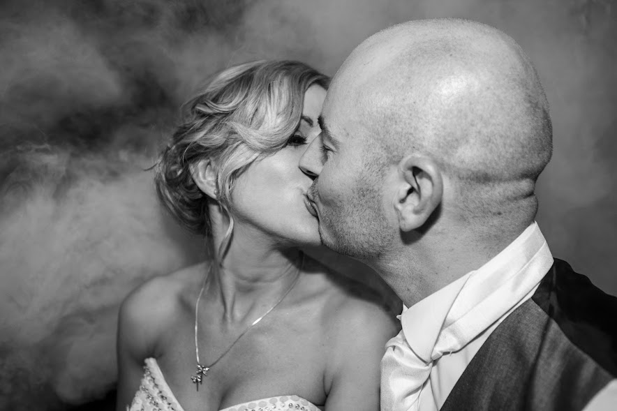wedding-couple-kiss-smog