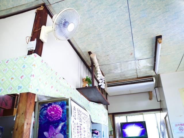 店内の壁付けの扇風機