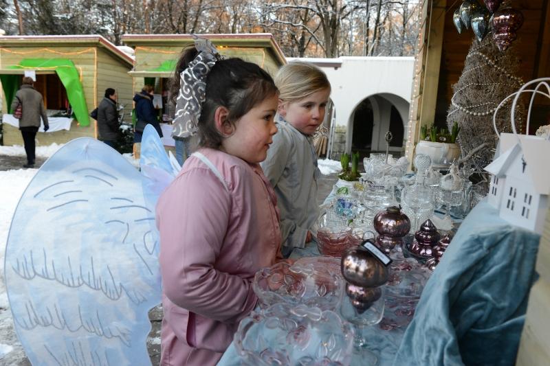 Honderd engeltjes en zwarte Maria in levende kerststal