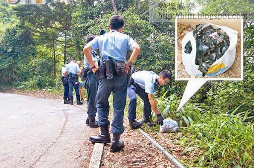 警員在百花林附近檢獲裝有黑膠紙及煙盒的膠袋。(曾志恒攝)