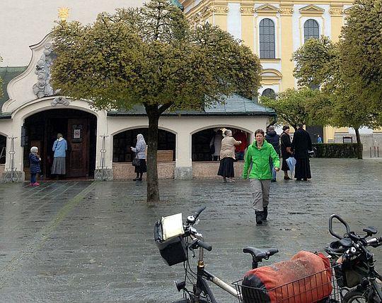 Miri vor der Gnadenkapelle in Altötting
